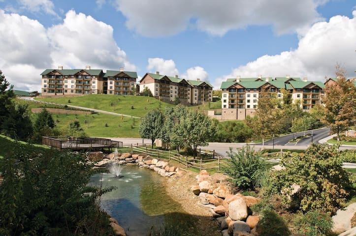 Two Bedroom Deluxe Luxury Condo, Sevierville TN (A654)