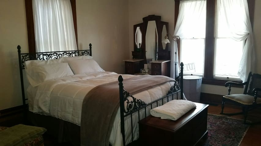 Private Apt inside Historic home in Charles Town - Charles Town - บ้าน