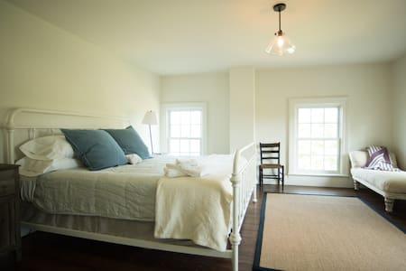 King Bedroom at Mud Creek Farmhouse - Hudson - Haus
