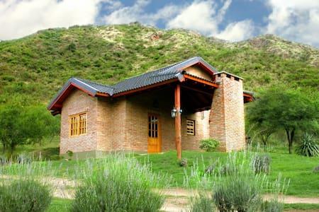 Cabaña al pie de la montaña ideal para descansar - Casa de campo