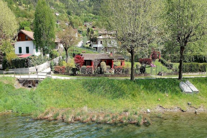 Idyllic cottage right next to the beautiful Lake Idro, with spacious garden