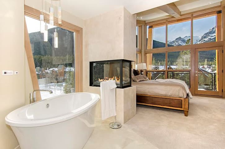 NEW LUXURY CONDO ensuites each room, Canmore Banff
