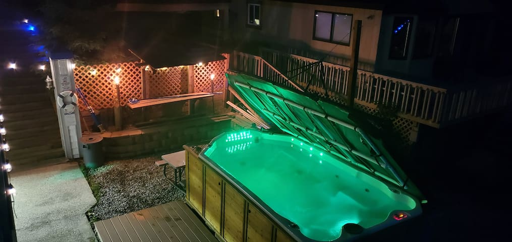 Waterfront hot spa cottage Grand Rapids w/limo/opt