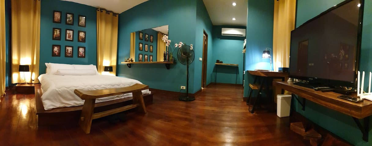 """Big room space with Master king bed + Extra large TV 55"""""""" ( International chanels + NETFIX)"""