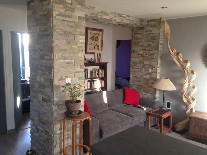 Une chambre dans un appartement