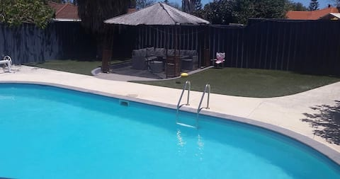 Huge studio with pool view 5 mins to beach/shops