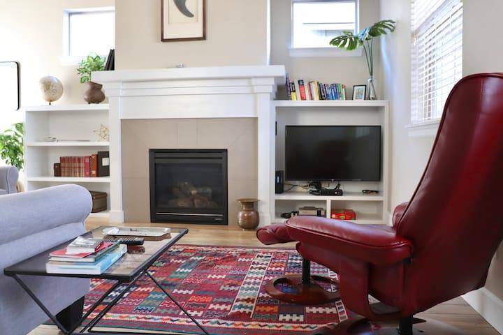 Private Room In A Tasteful Modern Home