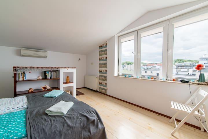 Górny pokład, sypialnia z łazienką i wanną, garderoba. Osobna klimatyzacja na obu poziomach. Widok z okien- południowy.