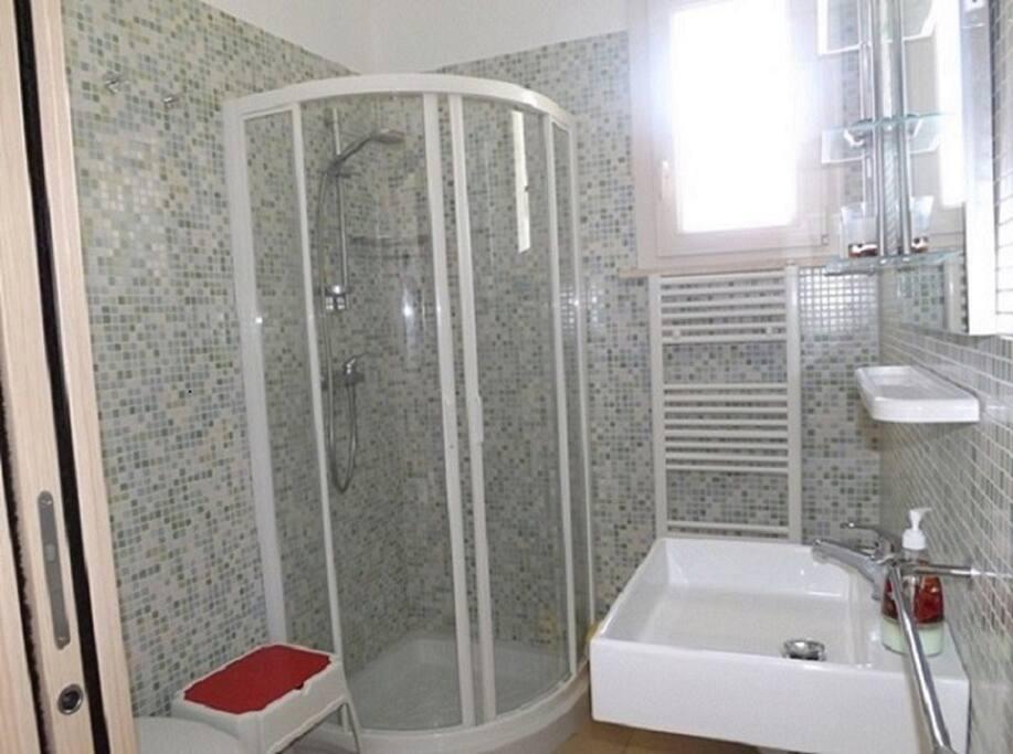 Bagno privato con finestra, box doccia, lavandino, bidet. asciugamani, bagnoschiuma, sapone