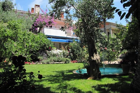 Rooms Mirjana, beautiful garden, near city center - 诺瓦利娅