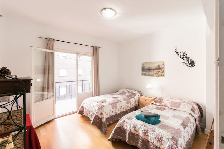 LOVELY & COSY TWIN BEDS IN RETIRO:) - Madrid - Hus