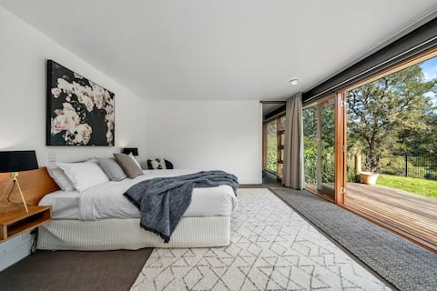Huon Valley Luxury: views, central & private