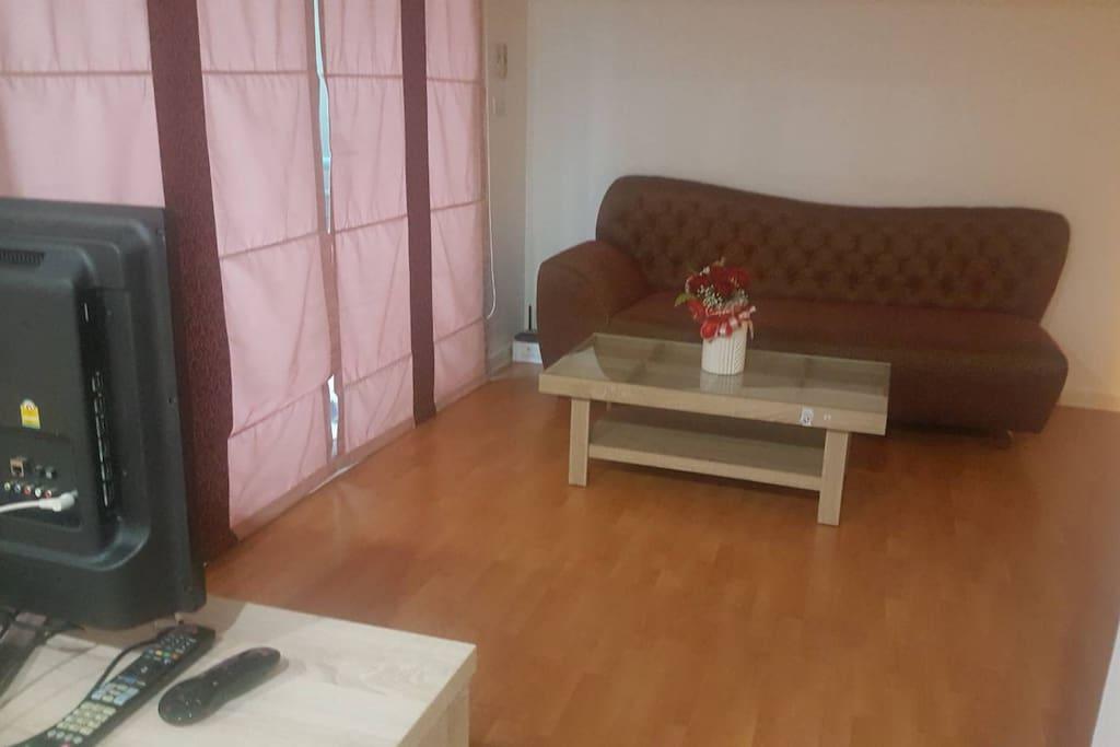 โซฟาใหม่และโต๊ะกลางใหม่รวมถึงทาสีใหม่ทั้งห้อง มีระเบียงส่วนตัววิวสวน