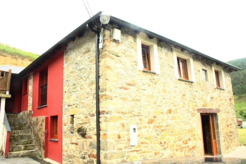 Casa de piedra recientemente reformada y rehabilitada con materiales típicos de la zona y respetando la arquitectura tradicional