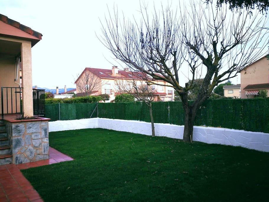 Vista del jardín desde la entrada a la casa.