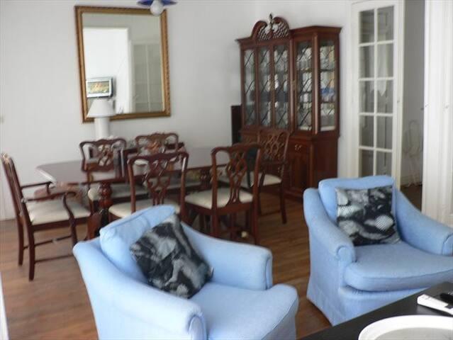 Chambre privative dans bel appartement parisien