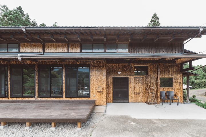 都心から一時間半。丹沢山系が目の前に広がる絶景の古民家「柚子の家」
