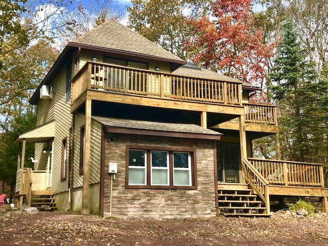 4 b/r's, 2 family rooms, Sleeps 12. FALL IS COMING