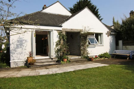 Hideaway home with lovely walks & charming garden - Mawnan Smith - Bungalow