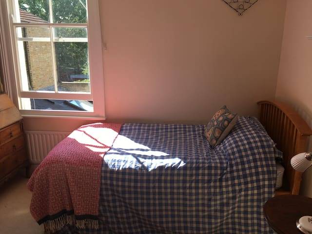 Sunny single/ twin/ Double bedrooom