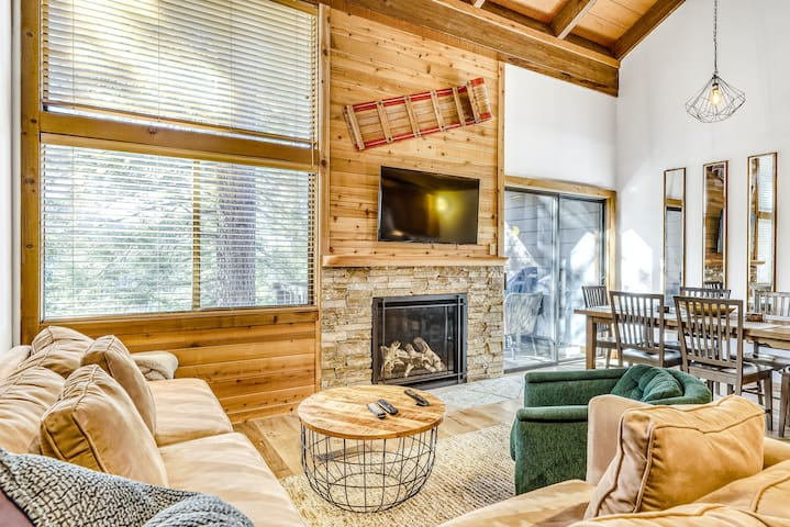Dreamy Ski Getaway W/ Lovely Deck, Easy Access to Slopes, Gas Grill & Free WiFi!
