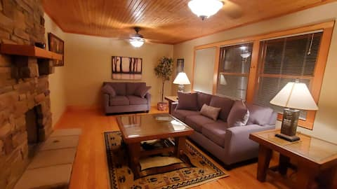 Lakeview Lounge. 3 bedroom cedar cabin, lake access, updated interior, just re-furnished large porches.