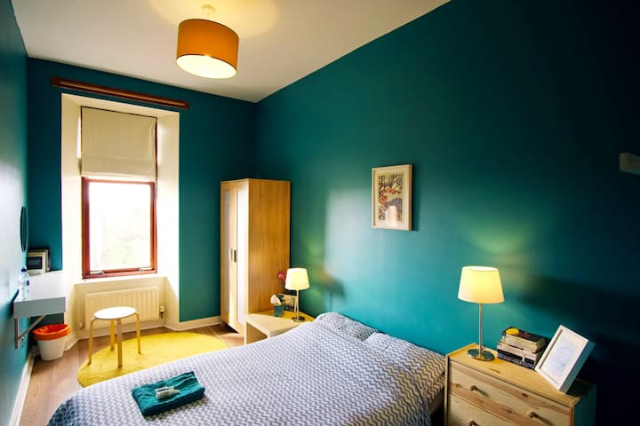 Cosy room in traditional West End tenement flat