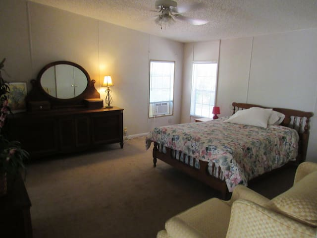 Spacious & quiet country mobile home, 10 minutes f