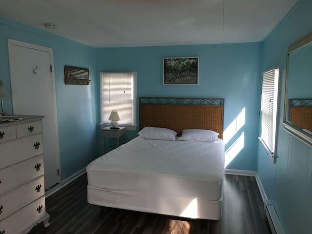 Master bedroom w/ closet (Queen)