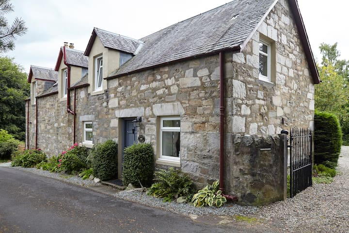 Cosy ,clean, homely  traditional Scottish cottage