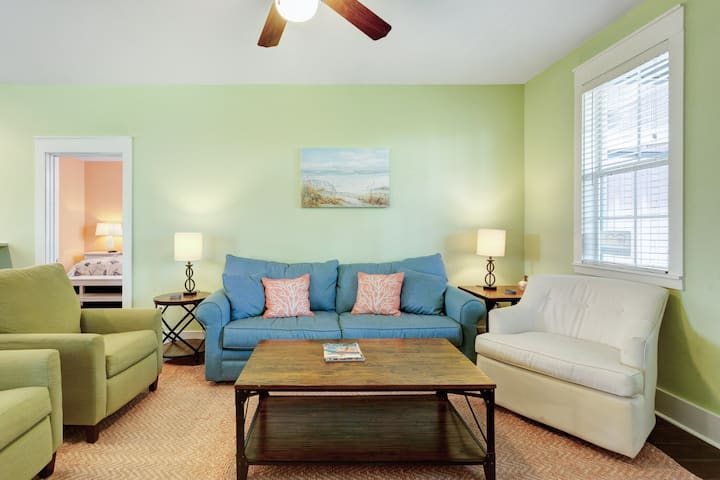 Relaxing cottage w/shared hot tub, close to local attractions- Dogs OK!