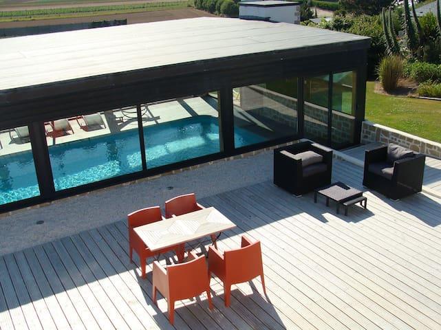 La terrasse en bois et son mobilier design .