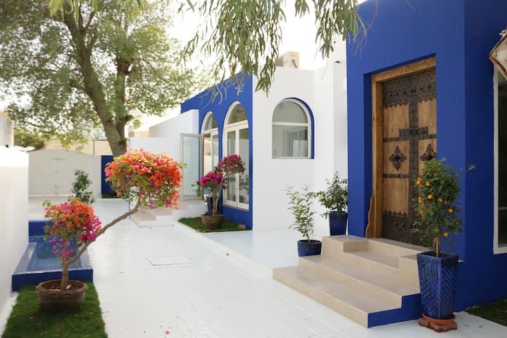 A true Emirati home by the Beach / Room 4