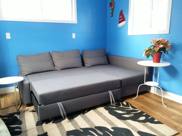 sofa bed becomes a double bed 客廳沙發可以變成雙人床