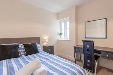 Large 1 bedroom apartment near London - sleeps 4