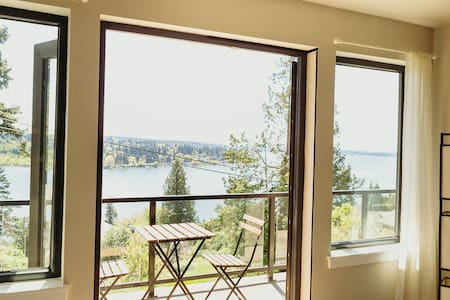Beautiful Lakeview 2 bedroom with deck! 안녕하세요Ciao!