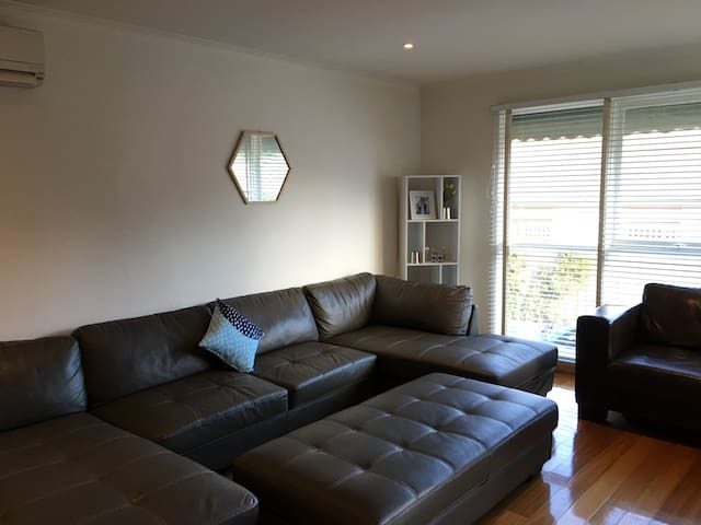 Cosy Camberwell Open Plan Unit!