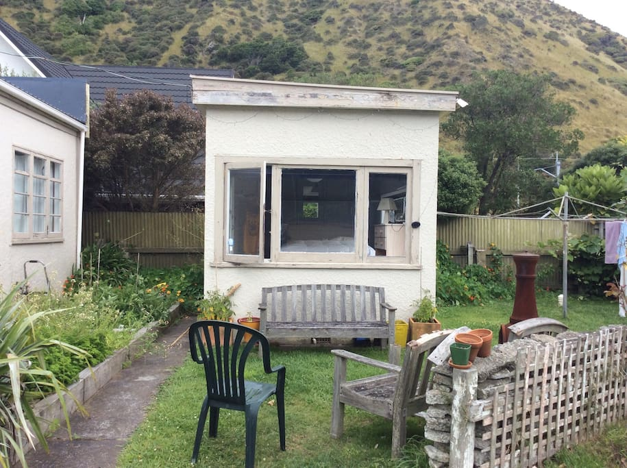 Nice quiet bungalow with hill views and privacy. And a chill out area in front