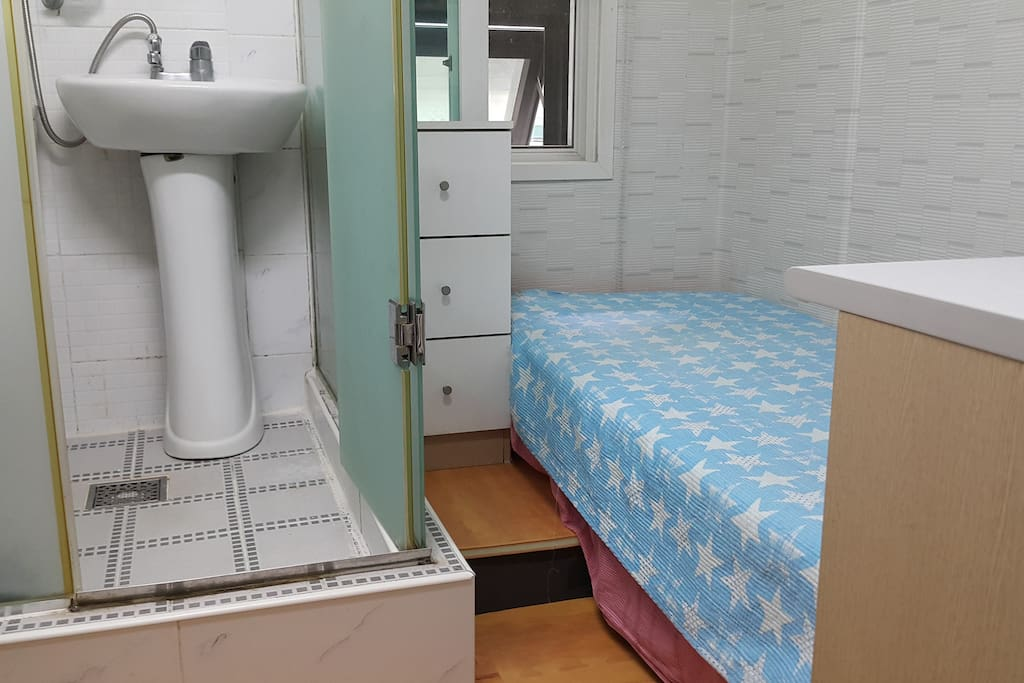 침대, 외부창, 샤워실 Bed, window, shower