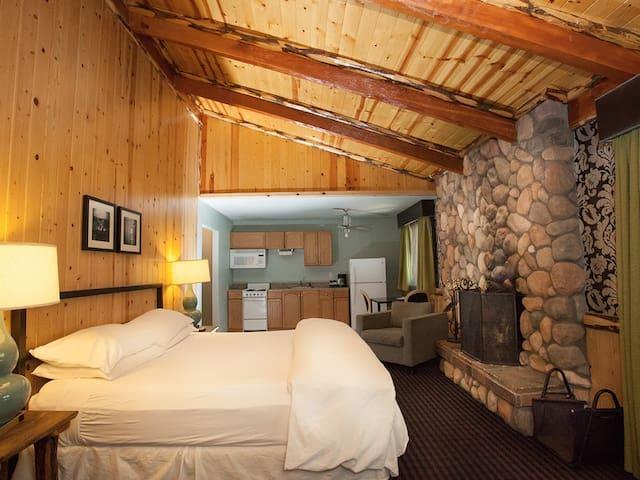 Studio: Walk to Gondola/Lake! King Bed & Fireplace