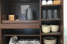 食器棚に食器があります