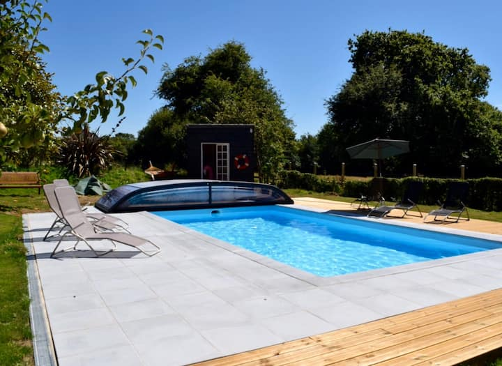 Chèvrefeuille with heated pool, 10 mins to beach!
