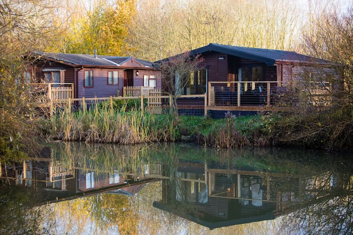 Luxury Wooden Lakeside Lodge AVOCET Near Longleat