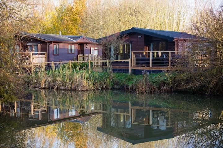 Luxury Wooden Lakeside Lodge AVOCET Near Longleat