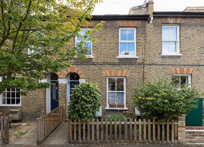 Beautiful 2 bed flat near Wimbledon station - London
