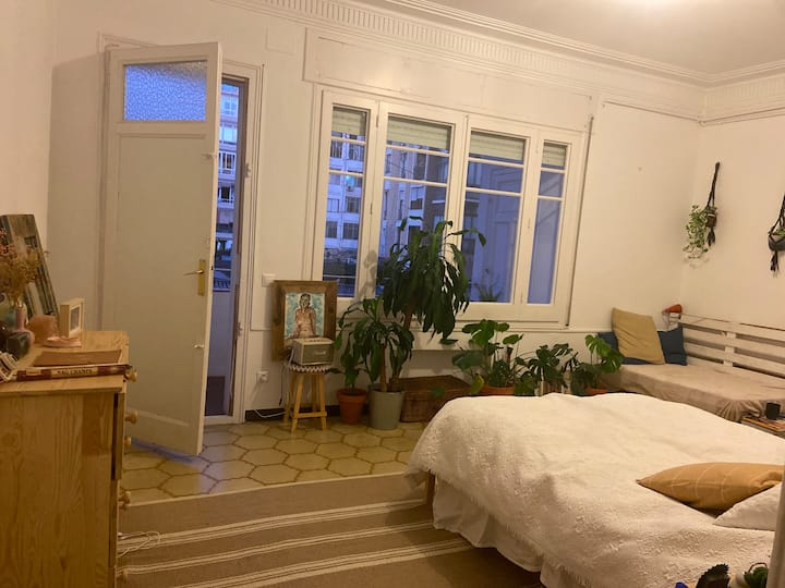 Private room and balcony with views in Eixample