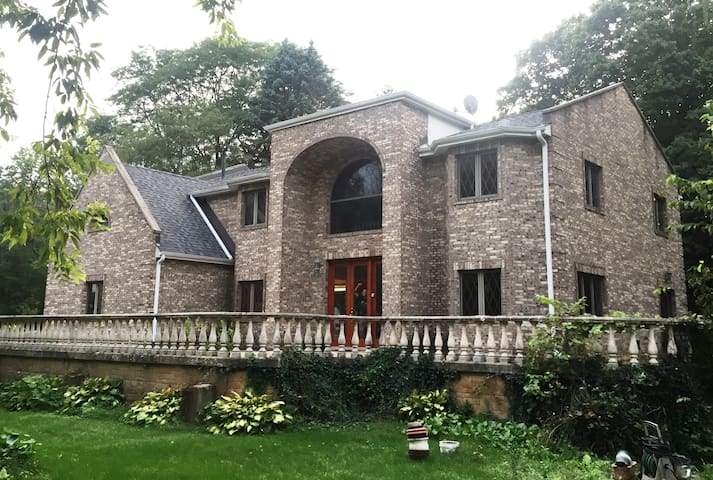 Brick House 3K SF 4BR 25 Min to Chicago By Train