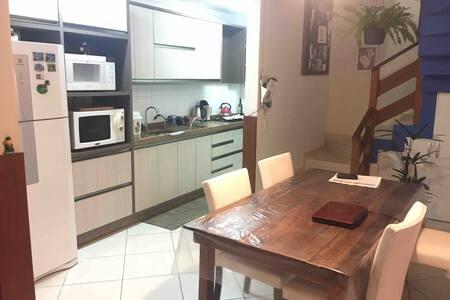 Cozinha completa, forno, fogão e churrasqueira