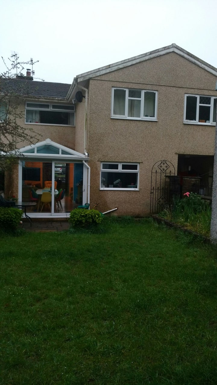 5 bedroom hse 25km from Cardiff available 1-4 June