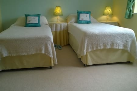 Lincs. Twin beds - private bathroom-Holbeach - Holbeach